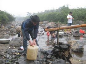 Người dân xóm Quê Khi phải dùng can để lấy nước về dùng.